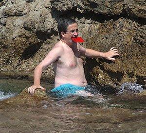 Desnudo tropezando con la grieta